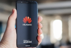 Some users are seeing 'Booking.com' ads on Huawei smartphone lockscreens